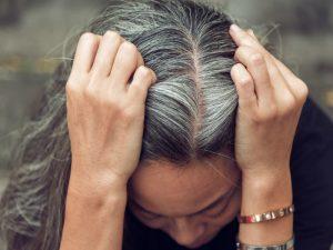 راهکارهای جلوگیری از سفید شدن مو با روش های درمانی خانگی