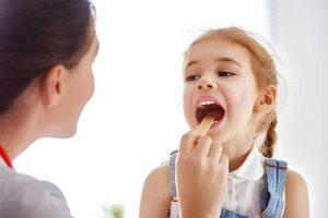 همه چیز پیرامون بیماری خروسک در کودکان؛ علائم تشخیص، انواع و علت ابتلا به آن ها