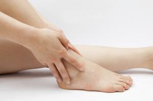 عواملی که موجب گرفتگی پا در طول شب می شود و راه های پیشگیری از آن