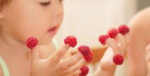 چرا کودک شما ناخن خود را میخورد ؟ علت و درمان جویدن ناخن