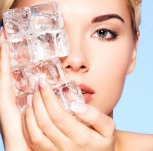 راه های استفاده از مکعب های یخ برای پوست شگفت انگیز